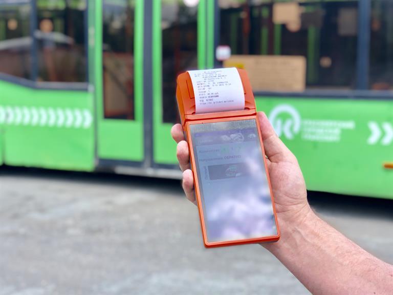 Красноярцы смогут расплатиться в автобусе банковской картой