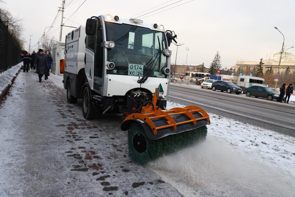 Тротуары в центре Красноярска метёт новая техника