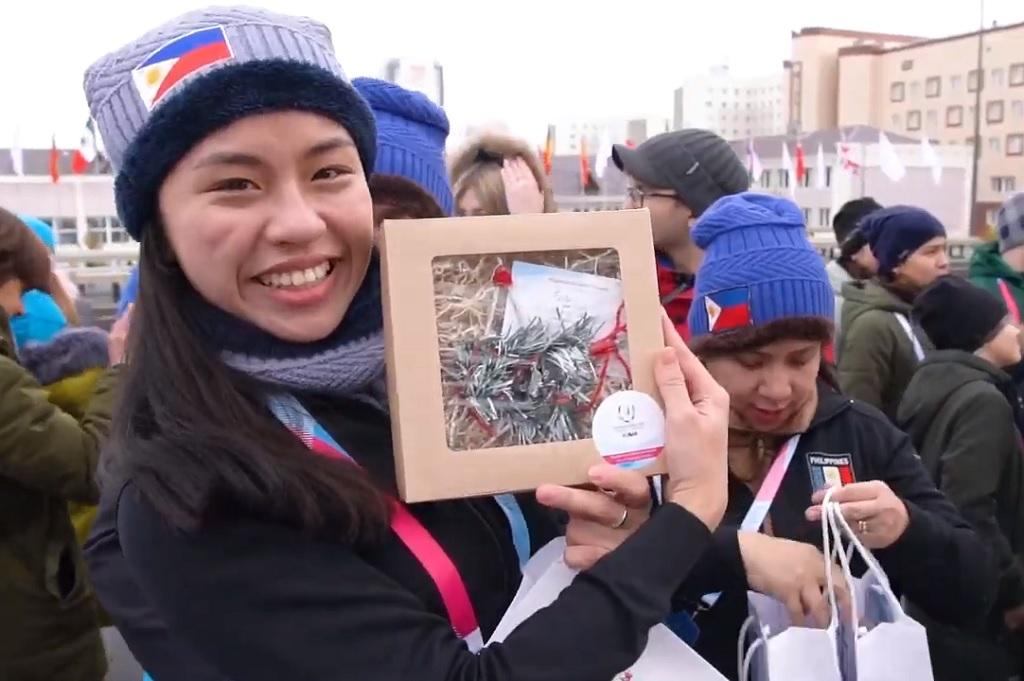 Иностранные гости Универсиады благодарят красноярцев за подарки