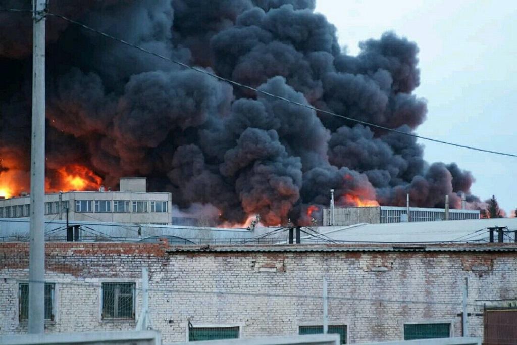 В Красноярске горит цех готовой продукции завода холодильников