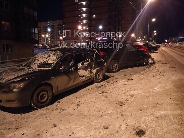 В Красноярске ночью во дворе разбили несколько авто