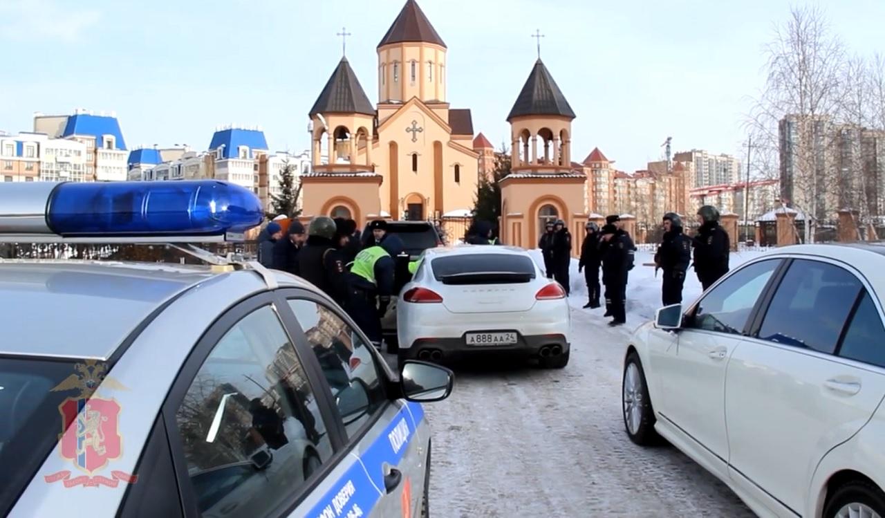 В центре Красноярска участники свадебного кортежа открыли стрельбу