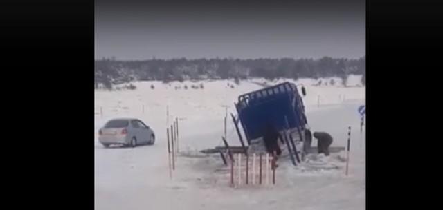 Под Красноярском КамАЗ провалился под лед