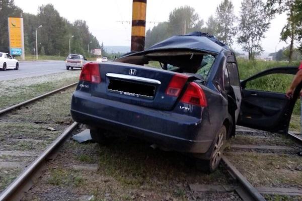 В Ачинске после аварии с электроопорой погибла 19-летняя девушка