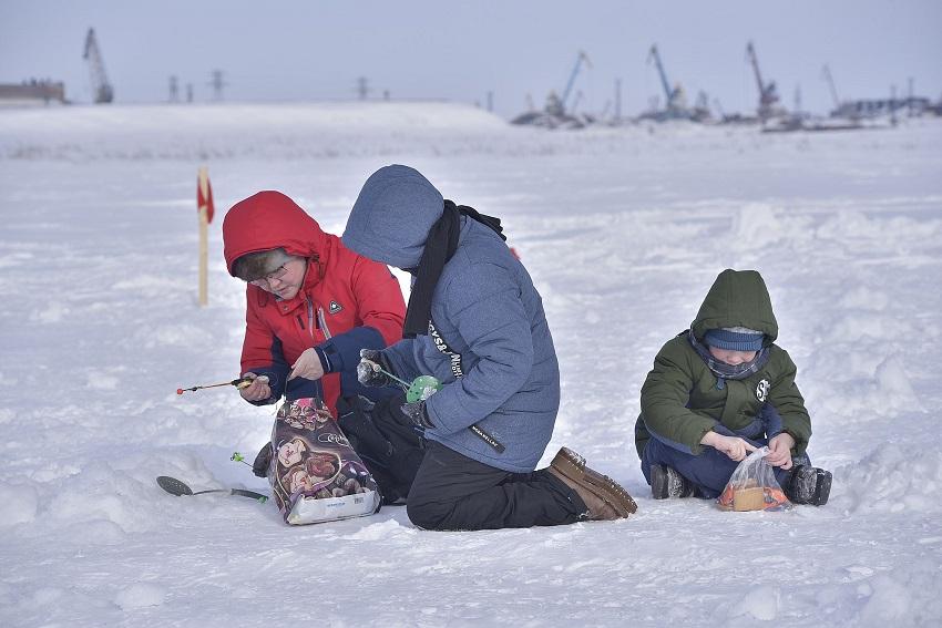 На Енисее прошёл первый семейный фестиваль подлёдной рыбалки