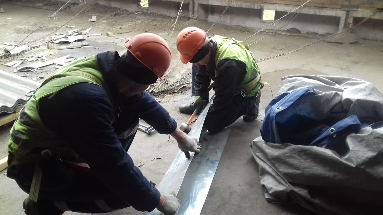 В Красноярске крыши пятиэтажек ремонтируют осуждённые