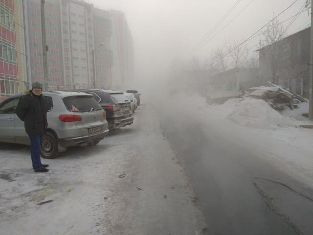 В Красноярске на улице Серова прорвало канализацию