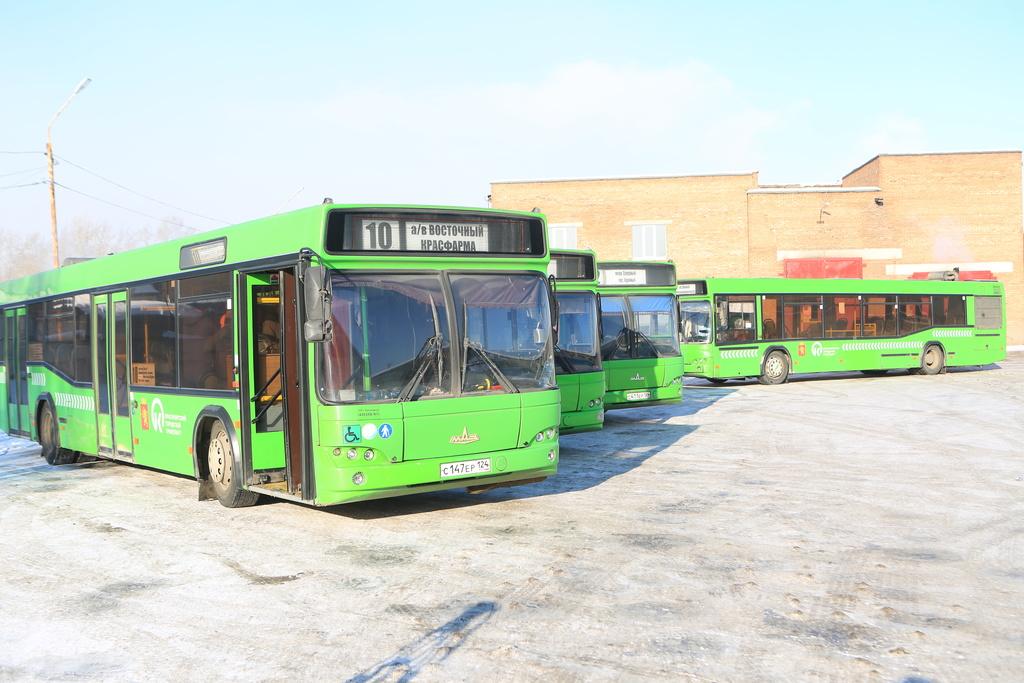 Красноярцам напомнили, в каких автобусах можно рассчитаться «безналом»