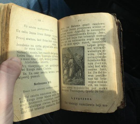 В Красноярске на интернет-аукционе продают старинную библию с гравюрами за полмиллиона рублей