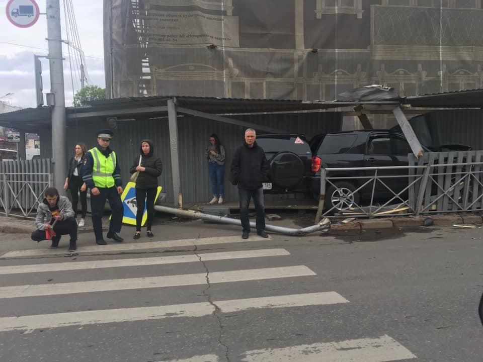 В центре Красноярска внедорожник врезался в пешеходный строительный тоннель