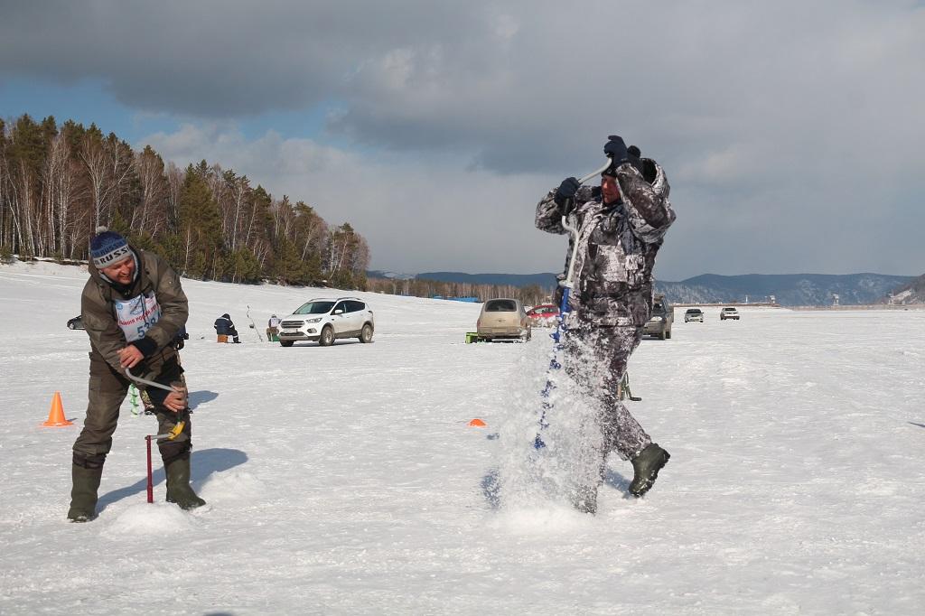 Красноярские рыбаки сошлись в ледовом поединке (видео)