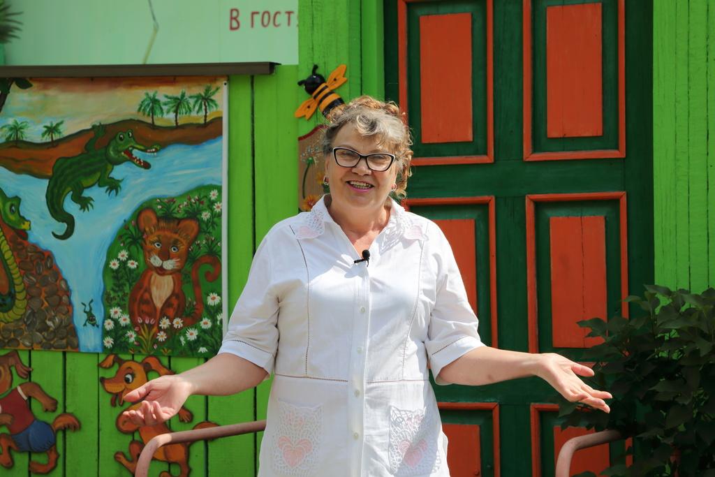 В Красноярске бывшая воспитательница сделала из палисадника сказку