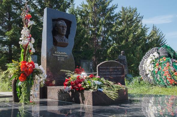 В Красноярске установили памятник Геннадию Казьмину