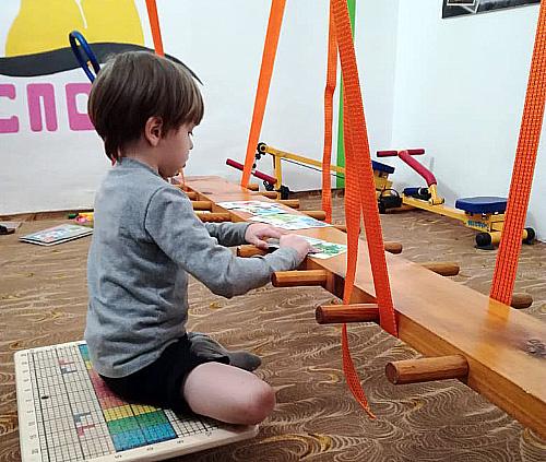 В одном из детских садов Красноярска брёвна помогают учить детей говорить